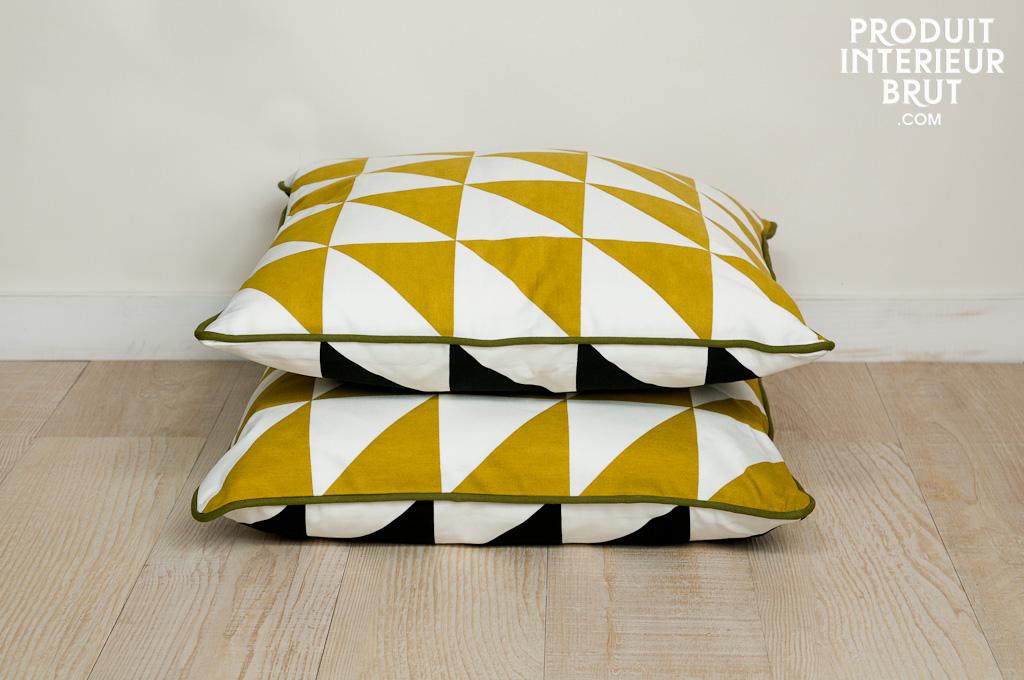 coussin norway curry 100 coton bio triangles jaunes d 39 un c t et noirs de l 39 autre. Black Bedroom Furniture Sets. Home Design Ideas