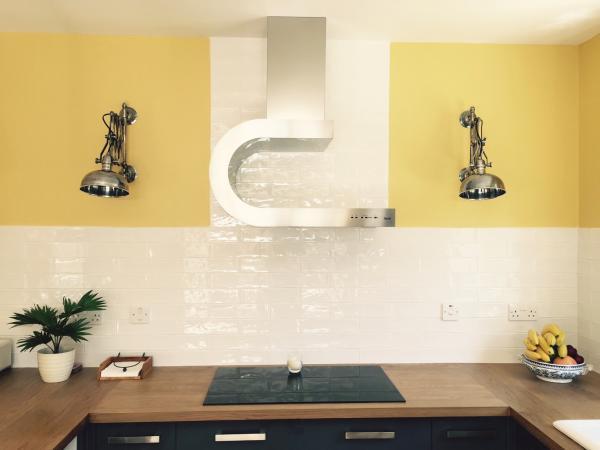 Les appliques accord�ons argent�es dans la nouvelle cuisine!