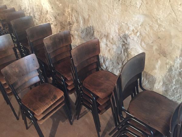 Chaises très belles, bien réalisées et solides. Nous en avons déjà pour aménager une salle de réception, et venons d'être livrés de 55 chaises pour l'aménagement de notre prochain restaurant. Livraison efficace et attentionnée !