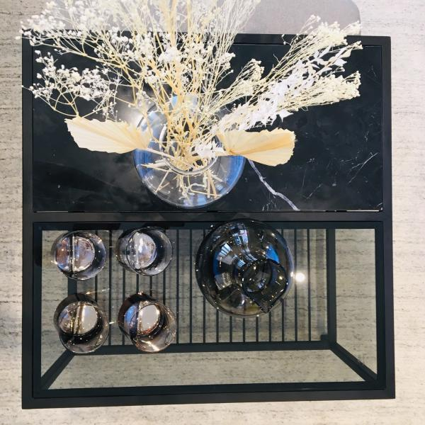 Table basse en marbre et poufs Noora
