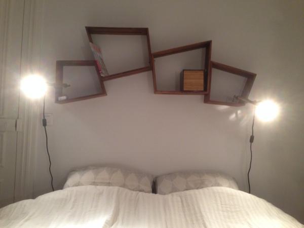 2 paires de casiers Stockholm en t�te de lit, chic et pratique ! On en aurait bien mis une paire en + si on avait la place
