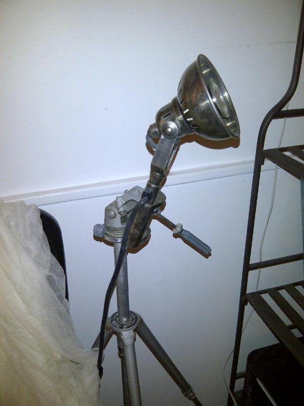 La lampe serre-joint fixée sur un trepied de photographe pour un lampadaire original! avons allié la passion de l'industriel et de la photo grace à PIB!