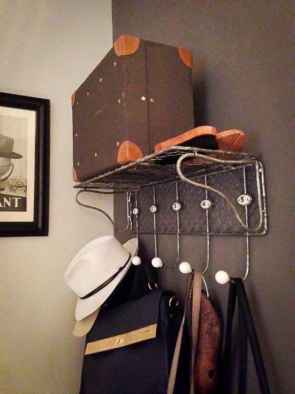Un porte-manteaux vintage, des accessoires vintage... Pile poil ce qu'il nous fallait pour notre entr�e !