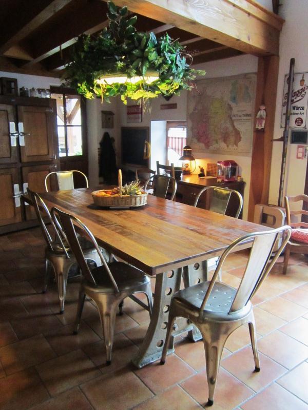 Ravie de mon achat. J'aime le côté massif et industriel de cette table . Le mélange acier et teck est très réussi. S'harmonise à merveille avec le style de la maison. ...vieille ferme en pierre de Volvic !