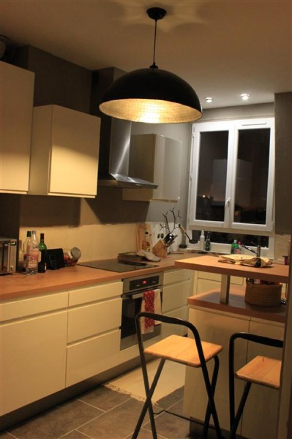 Nous sommes très heureux de l'achat de ce lustre qui se marie très bien avec notre cuisine moderne et vintage avec nos deux tabourets chinés en brocante...une lumière dorée qui une atmosphère chaleureuse à la pièce! ne manque plus que la crédence noire