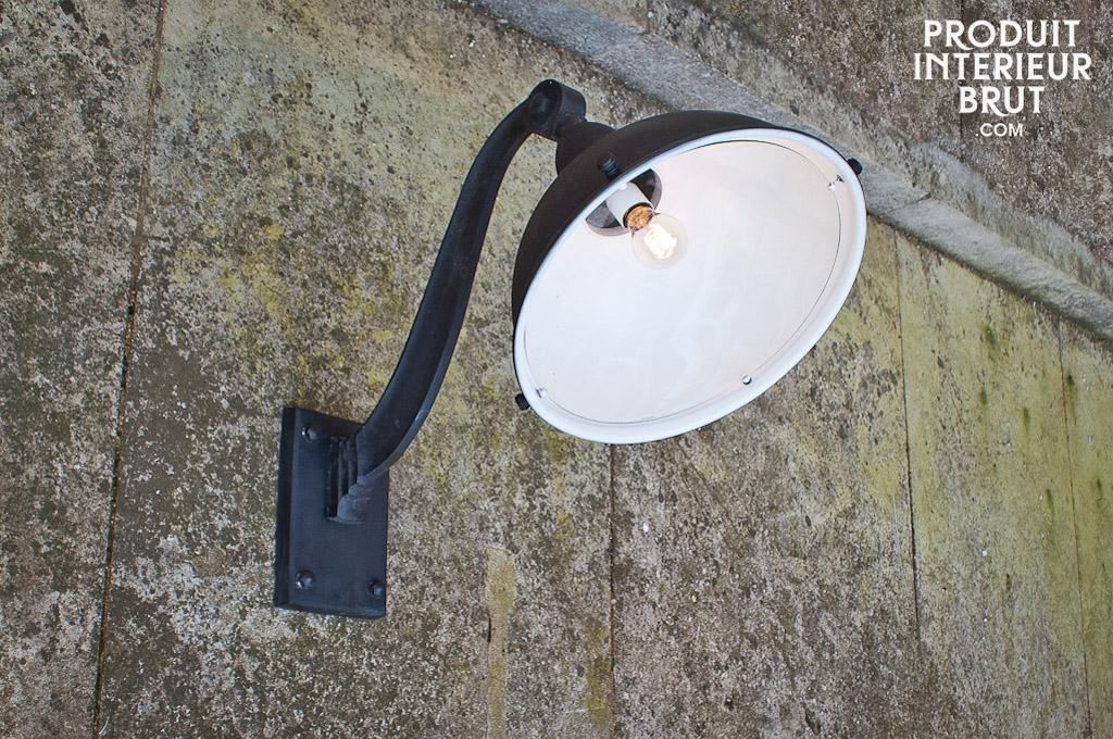 Lampe de fa ade d 39 entrep t style industriel une for Applique murale exterieure retro