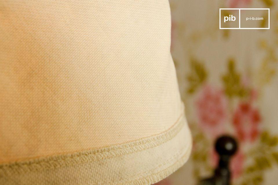 D\'un diamètre de 25 centimètre, cet abat-jour est conçu en épaisse toile de coton recyclée dont la couleur beige révèle de jolies nuances de couleur, une fois la lumière allumée
