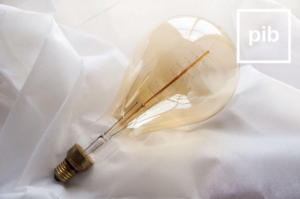 Affichant une longueur de 30 centimètre, cette ampoule ne ressemble à aucune autre