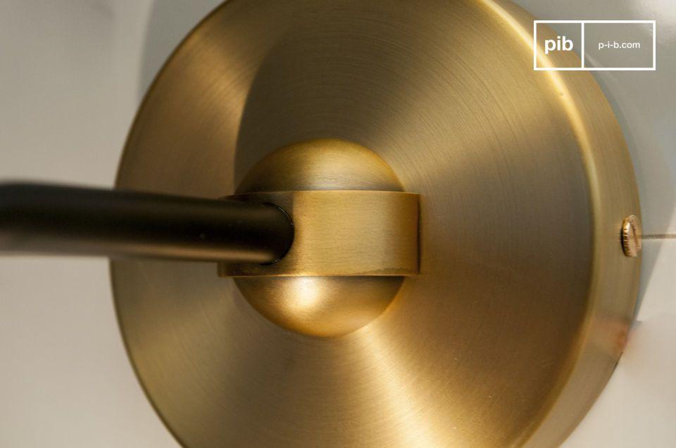 La pureté du verre et l\'élégance de l\'aluminium doré réunies pour cette applique murale