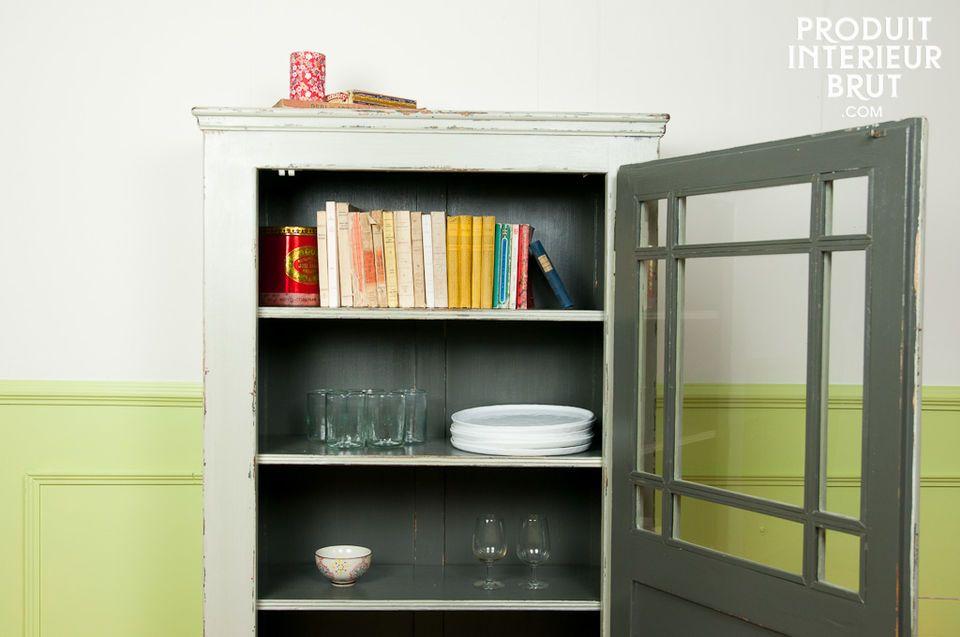 Une armoire qui affiche un fond en bois massif protégé par un verni sombre très esthétique