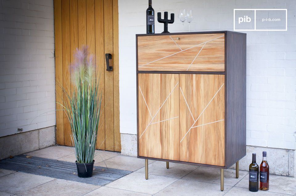 D\'une part l\'utilisation de 2 bois aux teintes très différentes offre un fort contraste entre