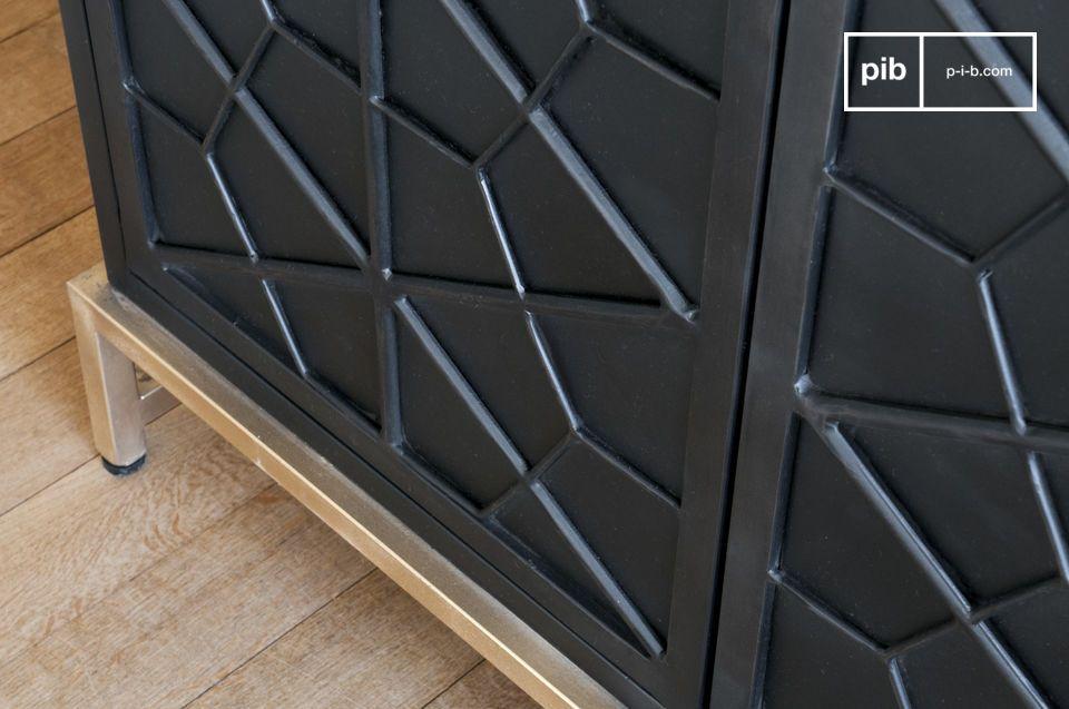 Pratique, cette armoire possède 3 plateaux intermédiaires métalliques