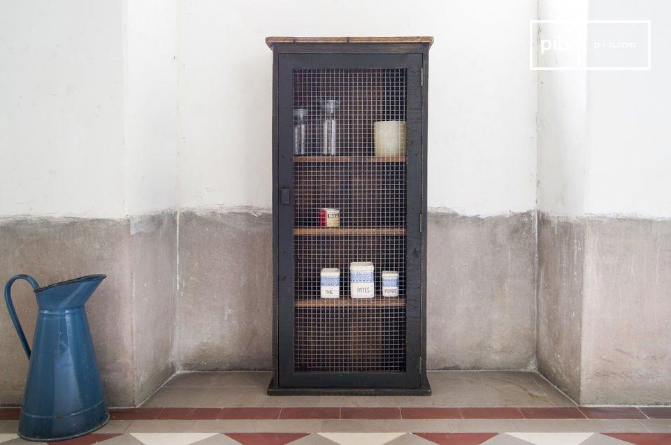 Une armoire pratique pleine de charme, qui pourrait trouver sa place dans pratiquement toutes les pièces de la maison, apportant un esprit campagne bohème délicieusement rétro qui rappelle les garde-mangers de nos grands-parents