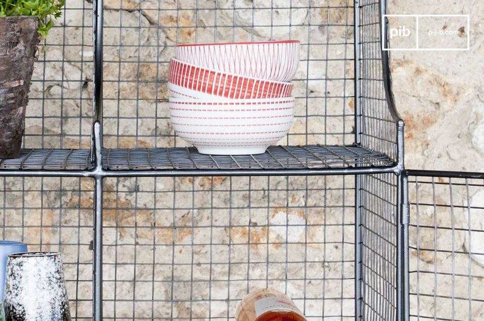 Oubliez les meubles lourds et imposants et optez pour une armoire semi-transparente aux allures