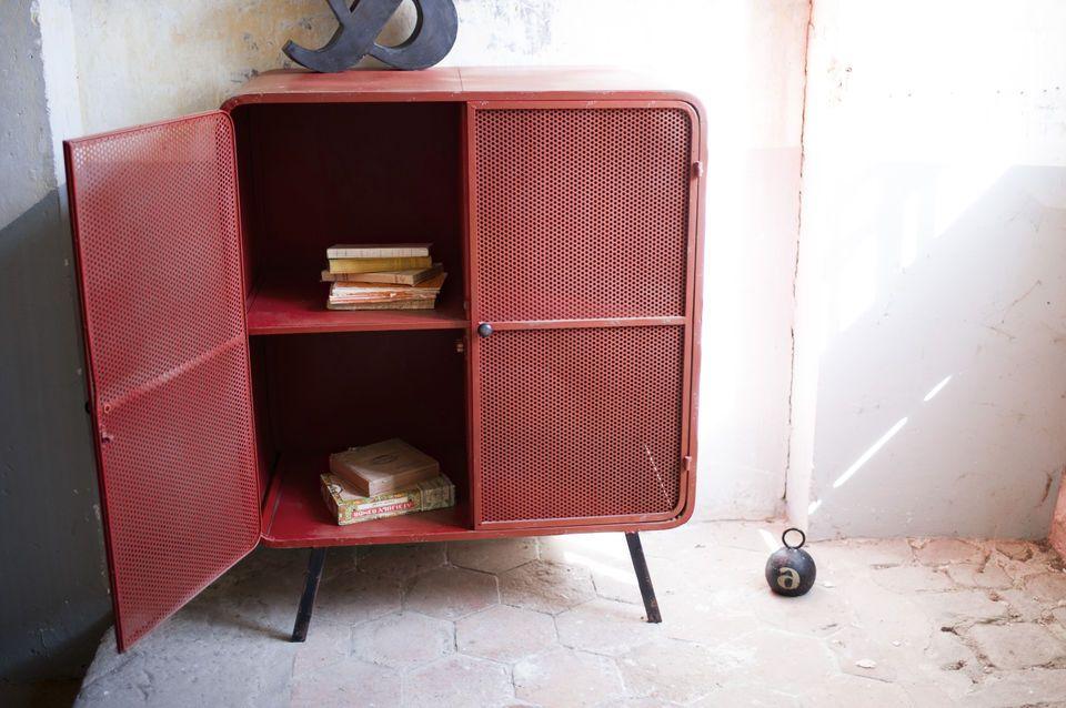 Optez pour une armoire en métal qui associe délicieusement deux styles pour un résultat très