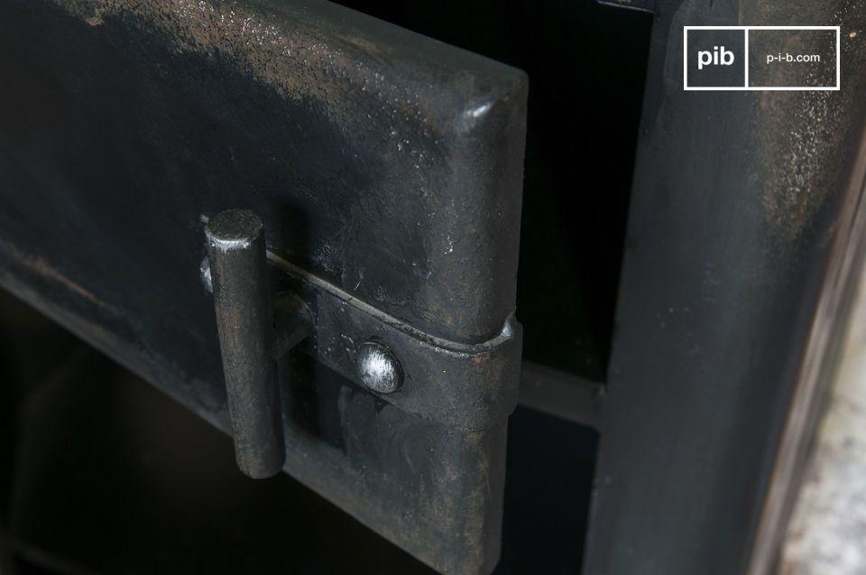 Un coffre de rangement métallique, façon meuble industriel vintage