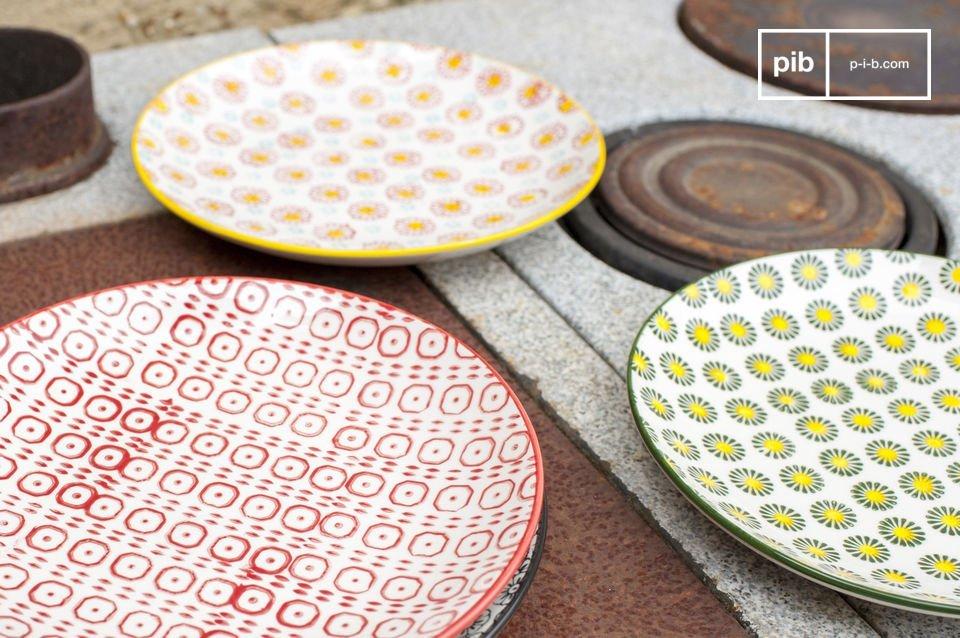 Chacune des 4 assiettes à dessert Julia possède un coloris et des motifs différents
