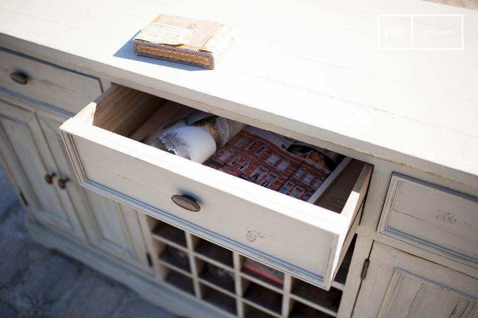 La structure du meuble a été recouverte de plusieurs couches de peinture afin de donner un aspect
