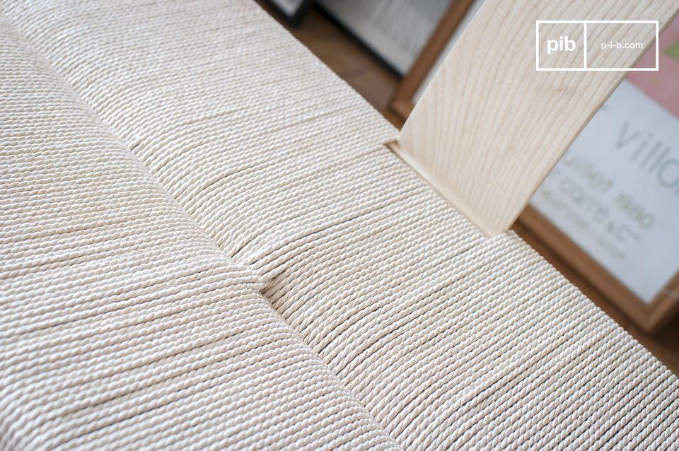 Grâce à son association de matériaux naturels et à ses lignes inspirées du design des années