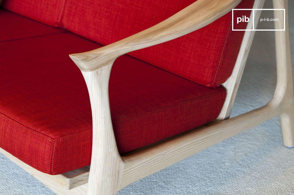 Dans une couleur contrastant élégamment avec le bois clair