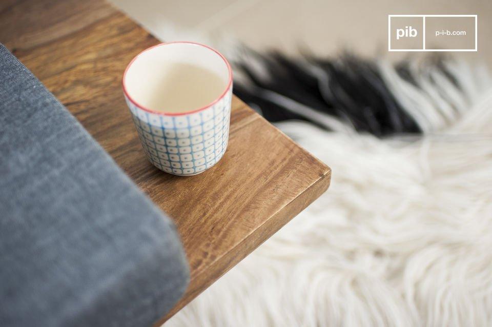 Entièrement conçue en bois de rose massif, la structure de ce canapé vintage forme un coffrage tapissé des même coussins que l\'assise