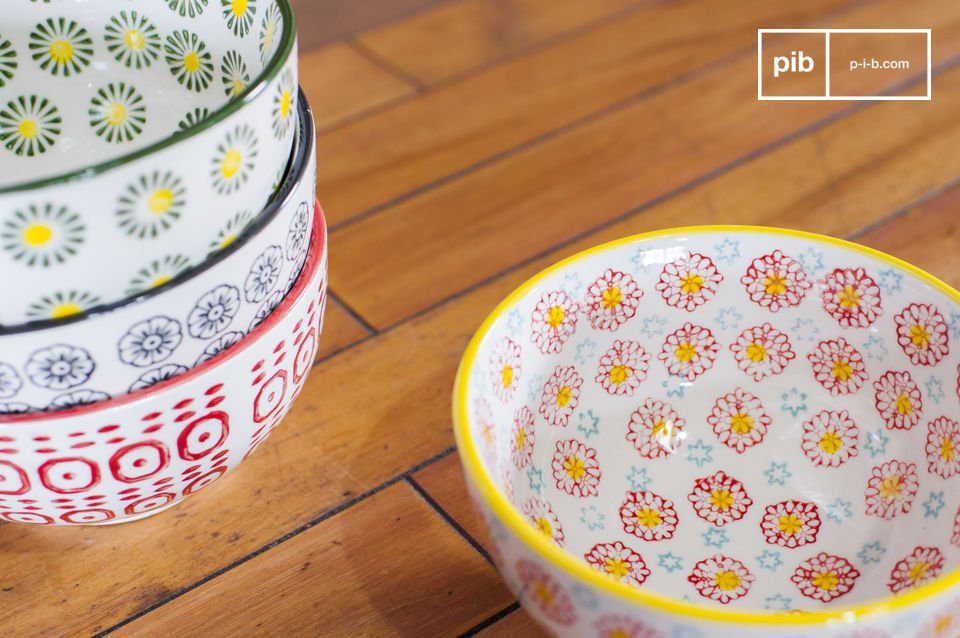 Chaque bol affiche des coloris et des motifs rétro différents pour un service des plus colorés