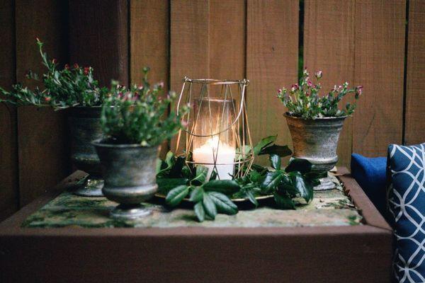Bougies sur table avec fleurs
