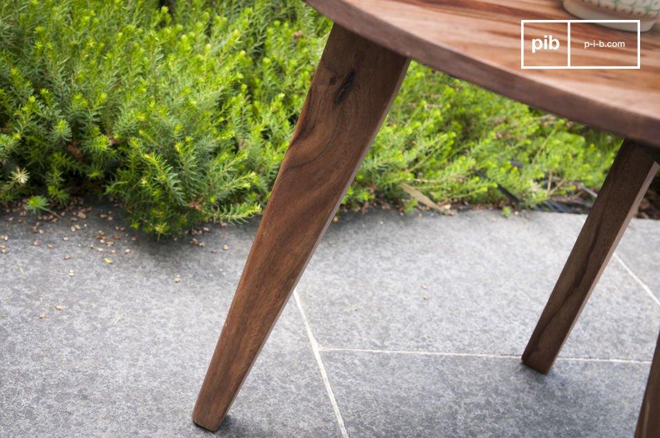 L\'esthétique de ce bout de canapé tripode puise son inspiration dans le milieu du XXème siècle