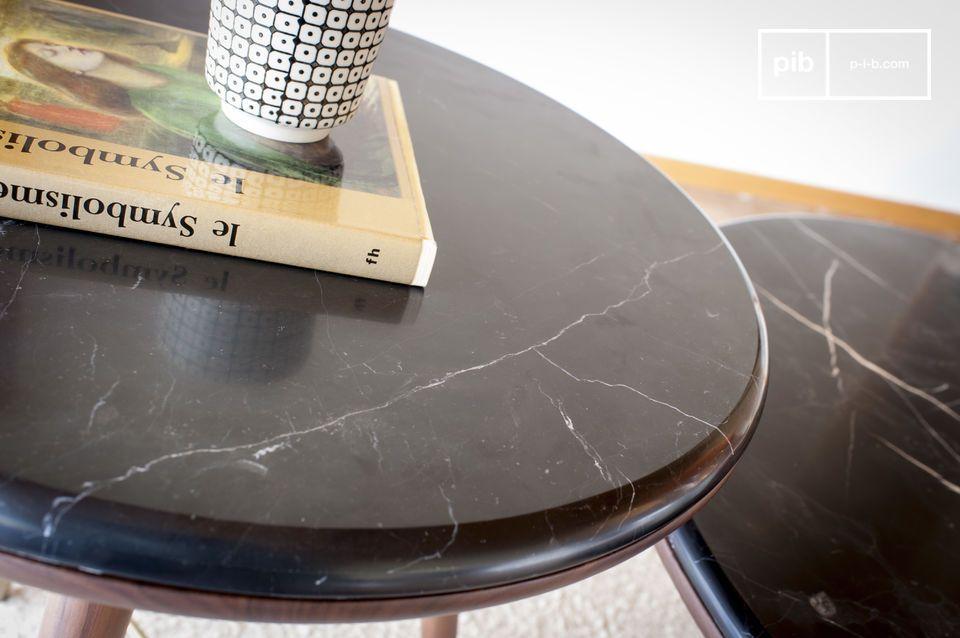Ses pieds compas font référence aux meubles du début du XXème siècle