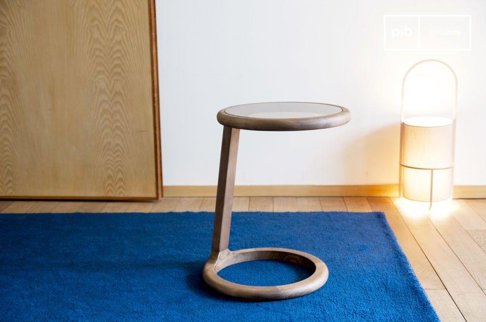 La rondeur de son design et sa plaque de verre fumé en fond un objet à la fois raffiné et