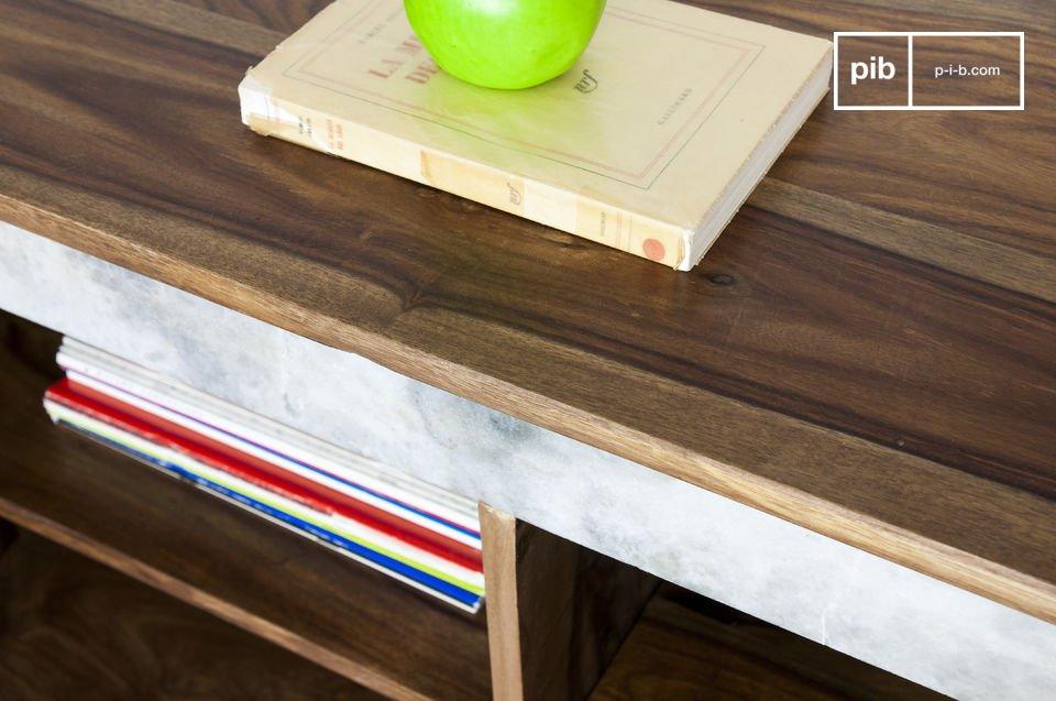 Associant un piétement métallique tout en finesse et une touche de marbre blanc qui contraste avec