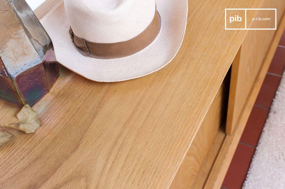 Plusieurs points de détail inscrivent ce buffet dans la tradition du mobilier d\'après-guerre