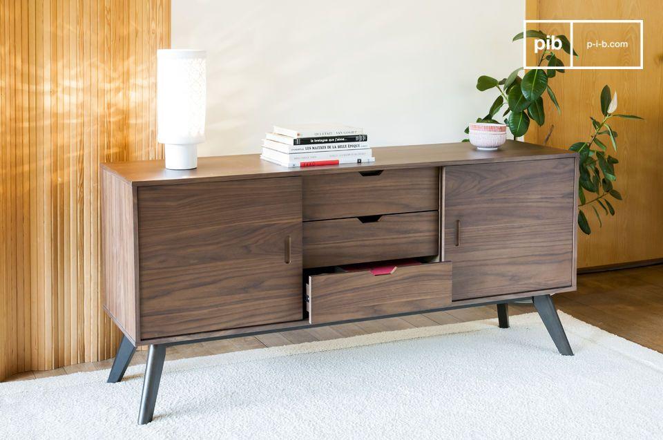 Un meuble de rangement qui associe le bois de noyer à des lignes très droites pour un rendu sobre