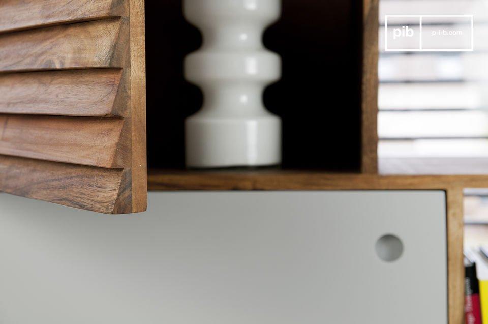 Deux de ces façades affichent un relief particulièrement esthétique qui participe à l\'esprit 50\'s du meuble, quant à la troisième, elle est grise pâle, lisse