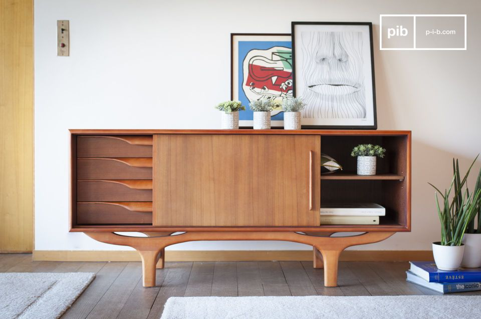 Un buffet tout en bois aux lignes scandinave vintage en courbes et contre-courbes