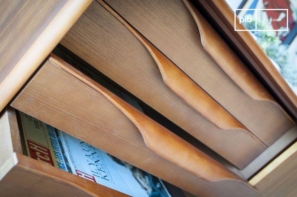Combinant quatre tiroirs au design original à des étagères dissimulées derrière une porte
