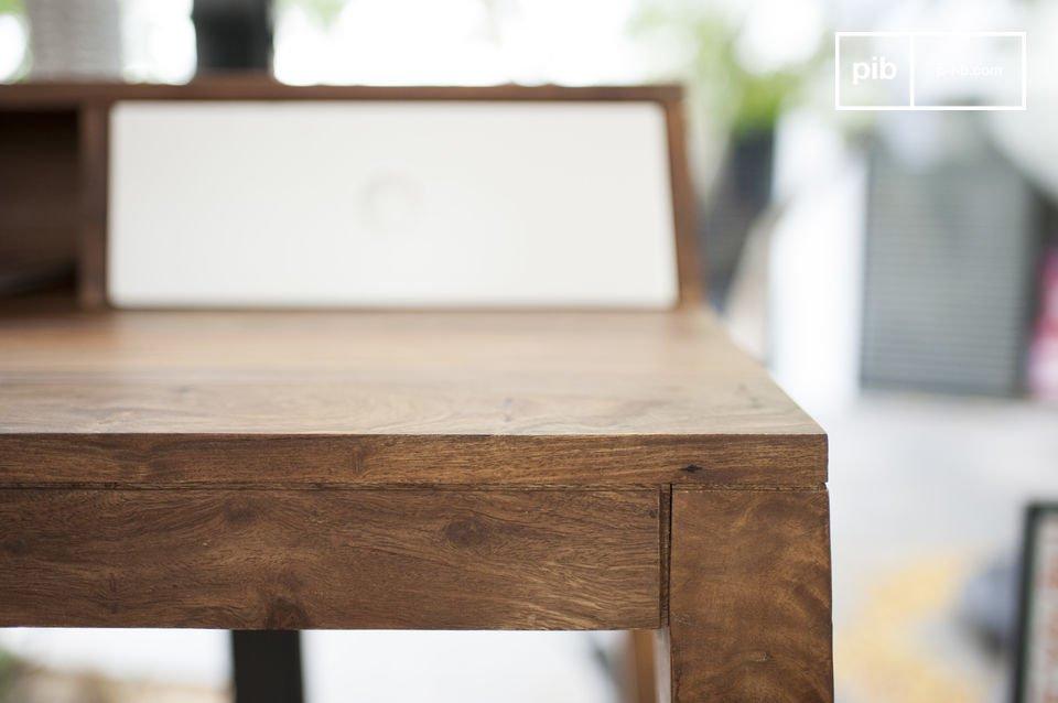 Ce bureau est entièrement conçu en bois de rose massif
