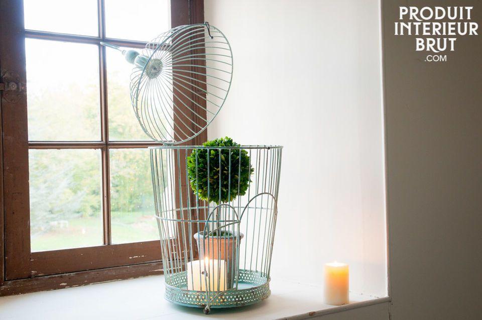 Offrez à votre pièce une touche naturelle rétro avec cette cage pleine de charme suranné