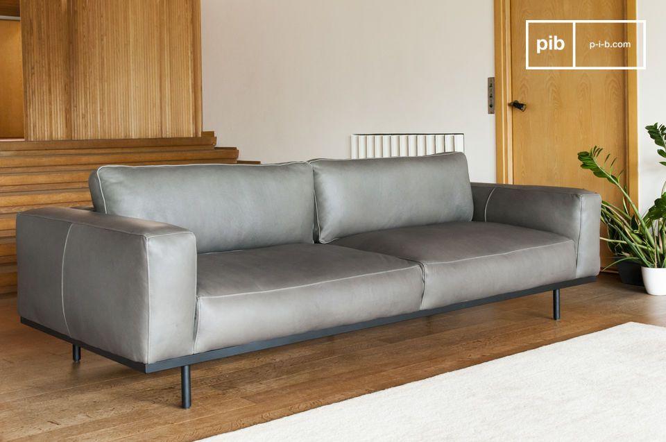 Un large canapé trois places, pièce maîtresse de votre salon