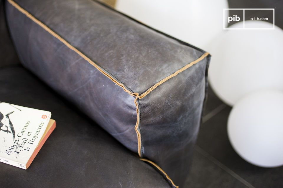 Le canapé Atsullivan est un canapé vintage en cuir à part