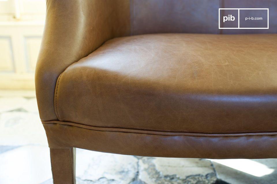 Ce canapé nous renvoie quelques décennies en arrière avec tout le charme propre au canapé club