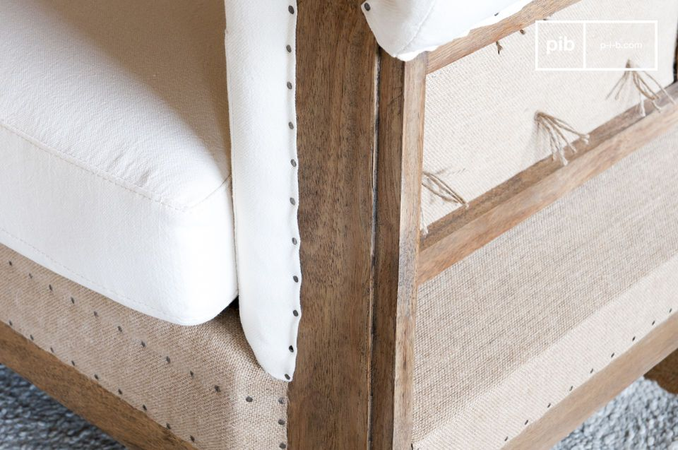 Les ficelles qui tiennent les capitons se terminent au dos du canapé par des noeuds en papillon