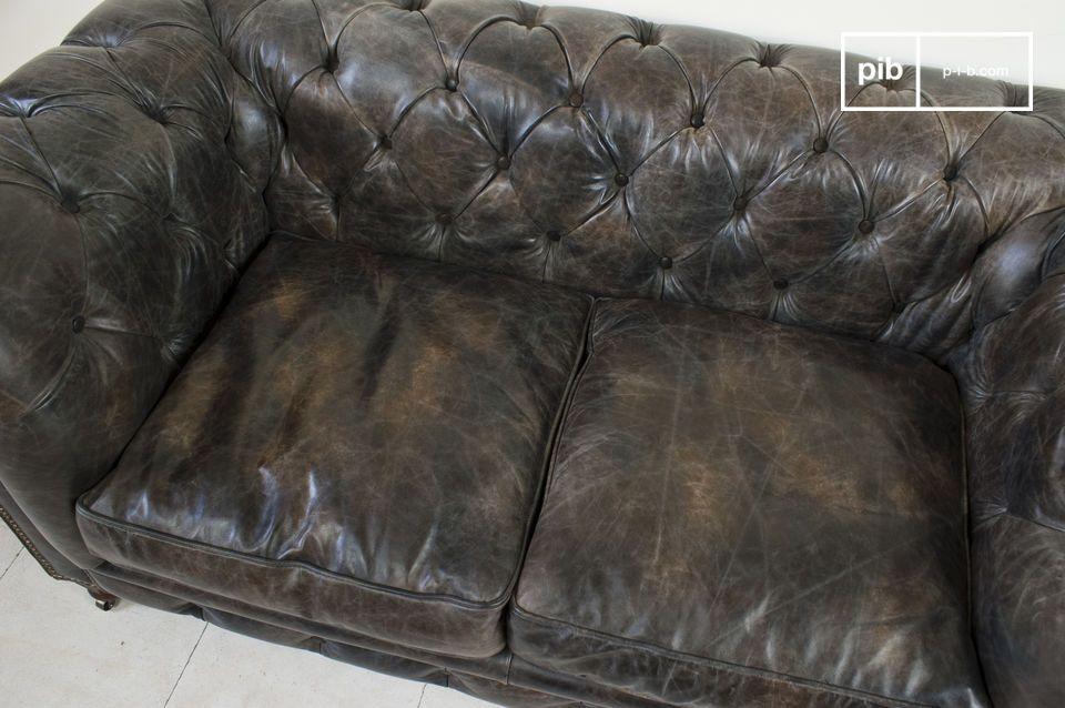 Réalisé dans un cuir dont la fleur est légèrement travaillée pour lui donner un aspect vieilli