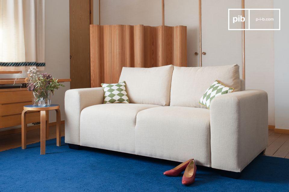 Un canapé aux lignes sobre d'inspiration art-déco, à l'assise confortable