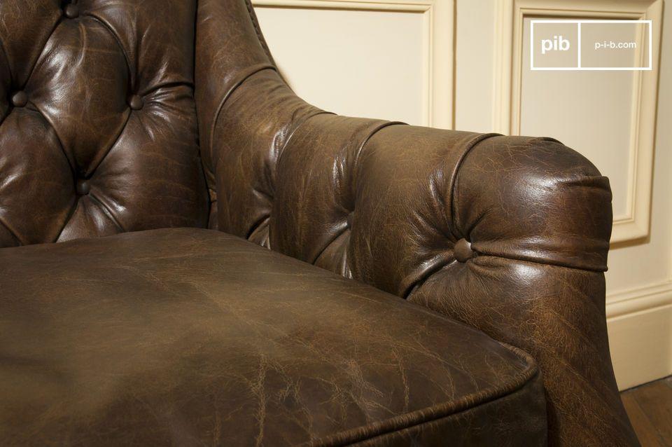 Un canapé tout en cuir vieilli au style rétro-chic unique