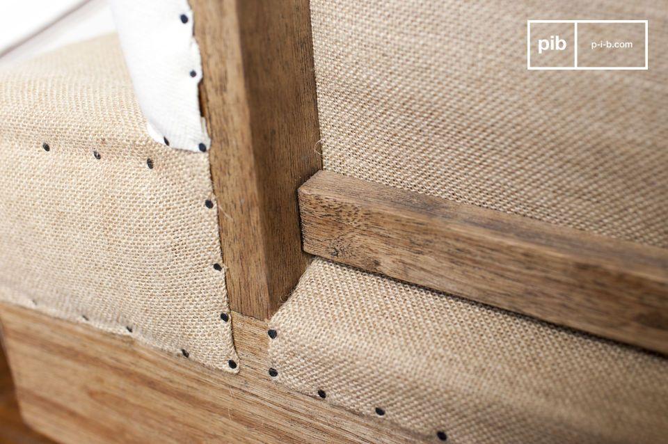 L\'assise est rembourrée de mousse dense et le revêtement est en lin