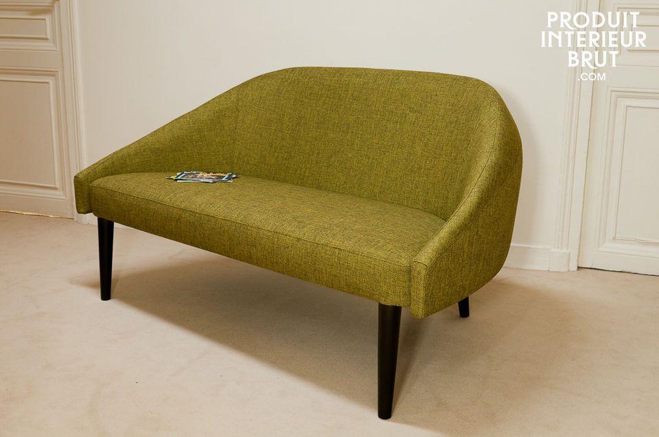 Le canapé Kurva rappelle incontestablement les fauteuils scandinaves des années 60 par ses pieds