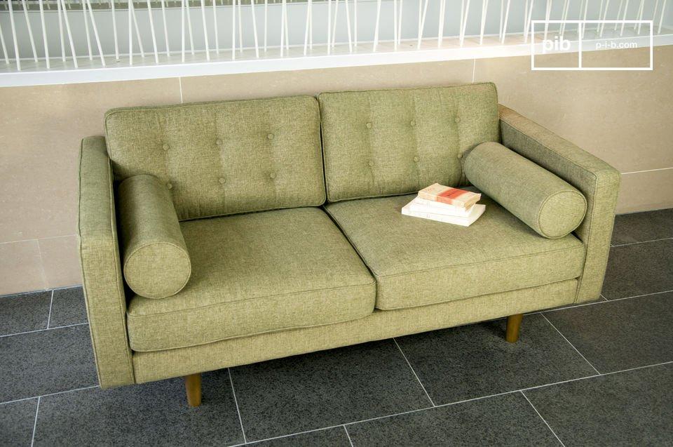 Un canapé design qui revendique un look fifties avec ses accoudoirs cylindriques et ses pieds