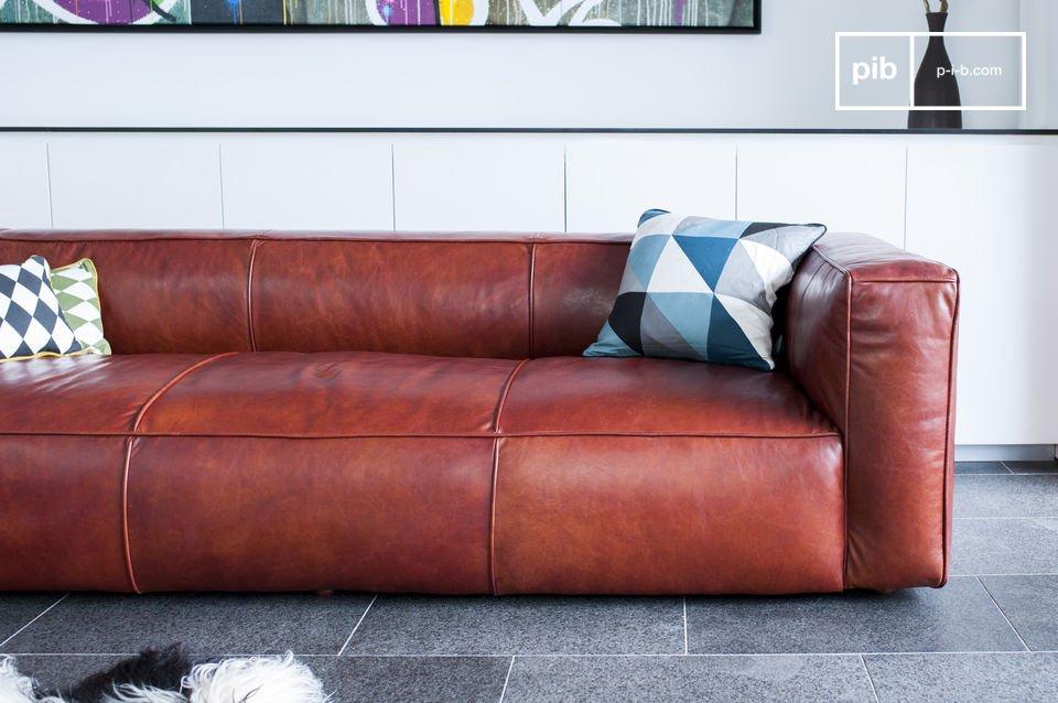 D\'autre part, la couleur mocca du cuir, un marron qui tire vers le rouge orangé, participe à l\'esprit vintage du canapé