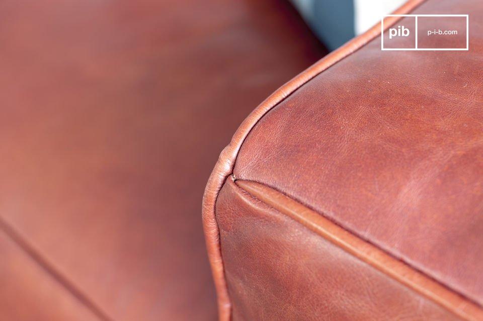 L\'esthétique unique de ce canapé design est issue d\'une part de son aspect graphique, avec ses coutures aux trois tiers de l\'assise et du dossier, encadrés par des accoudoirs très carrés, de même hauteur que le dossier